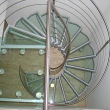 točité schodisko z nereze a skla